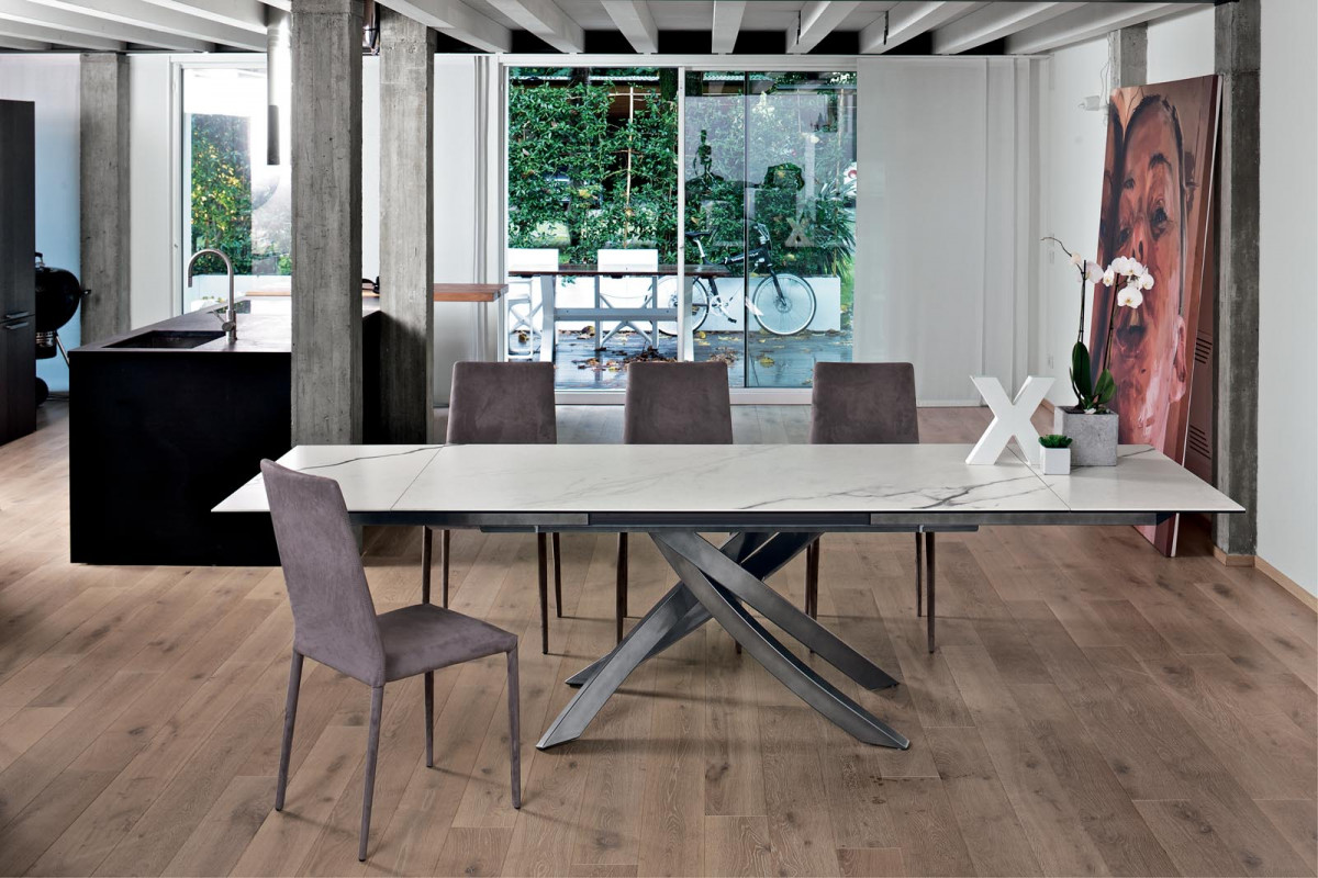 Table with extensions with lacquered metal frame